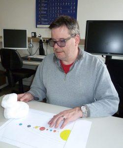 Foto des Autors Gerhard Jaworek an seinem Arbeitsplatz