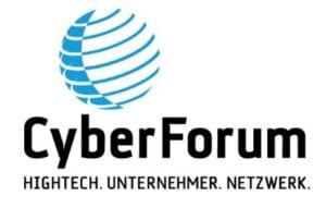 Schwarzer Schriftzug des CyberForum mit blau-weiß gestreifter, stilisierter Erdkugel
