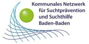Grüne Kugel über geschwungenem, dreieckigem Netz und blauem Schriftzug des Kommunalen Netzwerk für Suchtprävention und Suchthilfe Baden-Baden